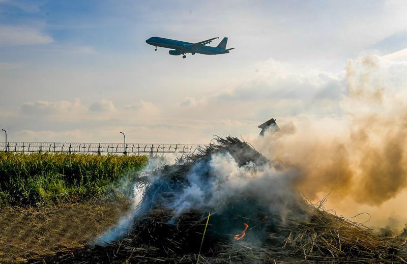 Đốt rơm rạ làm tăng nguy cơ mất an toàn hàng không.
