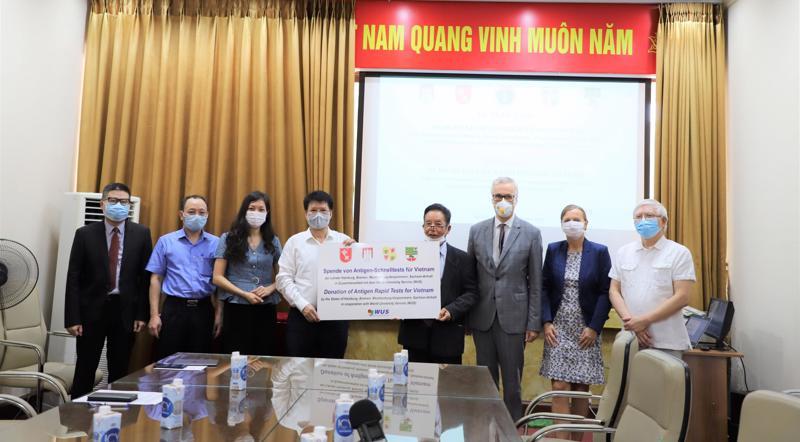 Thứ trưởng Bộ Y tế Trương Quốc Cường tiếp nhận 190.000 kit xét nghiệm Covid-19.
