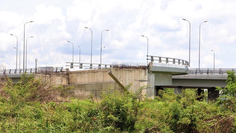 Sau gần 6 năm thi công, dự án làm được 12% với 3 trụ cầu. Trong ảnh: Trụ cầu vượt ở đầu tuyến tại nút giao Võ Văn Kiệt - quốc lộ 1