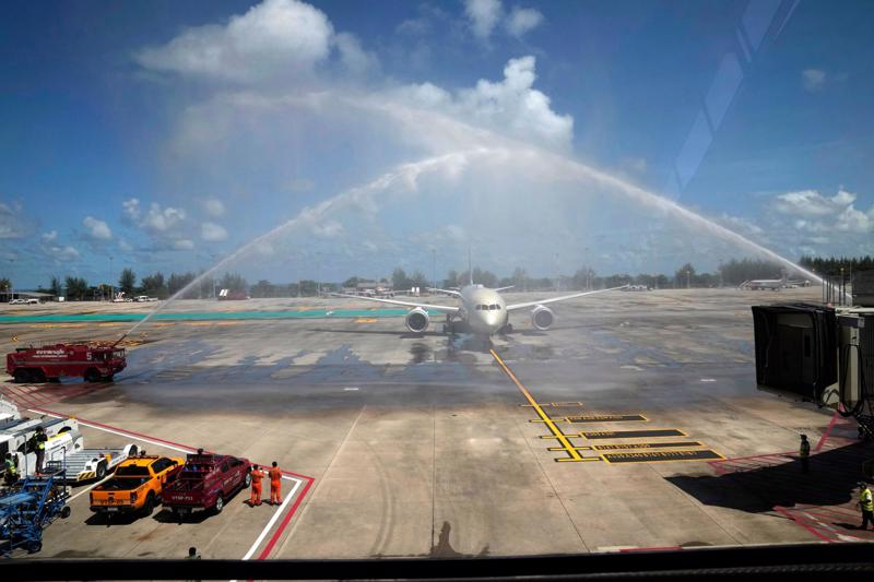 Máy bay chở nhóm du khách đầu tiên được chào đón tại sân bay Phuket, Thái Lan.
