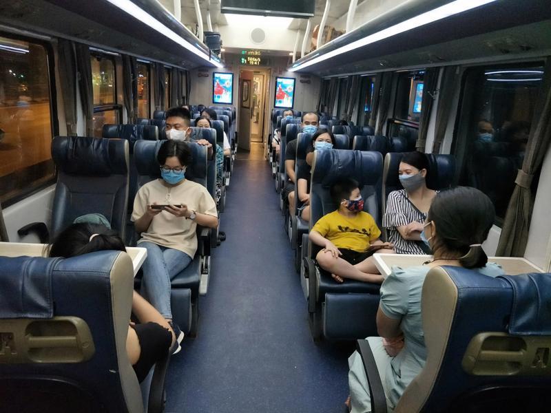 Sau khi tạm nghỉ phòng chống dịch, đoàn tàu SE3/4 tiếp tục hành trình phục vụ hành khách. Ảnh: Haraco.