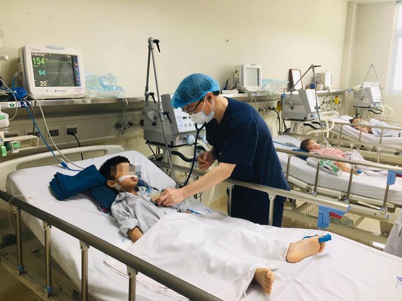 Bệnh nhi viêm não Nhật Bản đang được điều trị tại khoa Điều trị tích cực - Trung tâm Bệnh Nhiệt đới, Bệnh viện Nhi Trung ương.