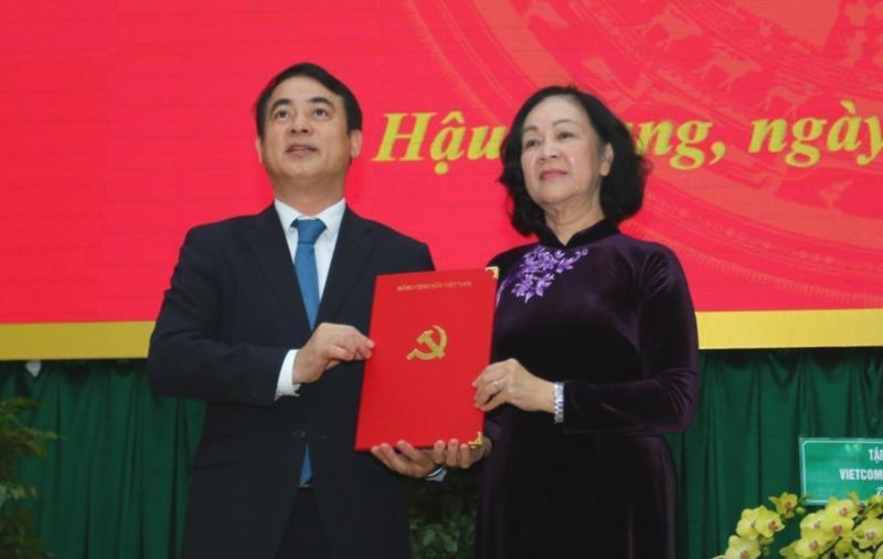 Đồng chí Trương Thị Mai trao quyết định cho đồng chí Nghiêm Xuân Thành.