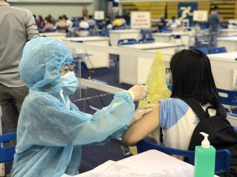 TP.HCM đặt mục tiêu đạt tối thiểu 2/3 người dân trong độ tuổi 18 tuổi trở lên được tiêm vaccine phòng Covid-19 trong tháng 8.