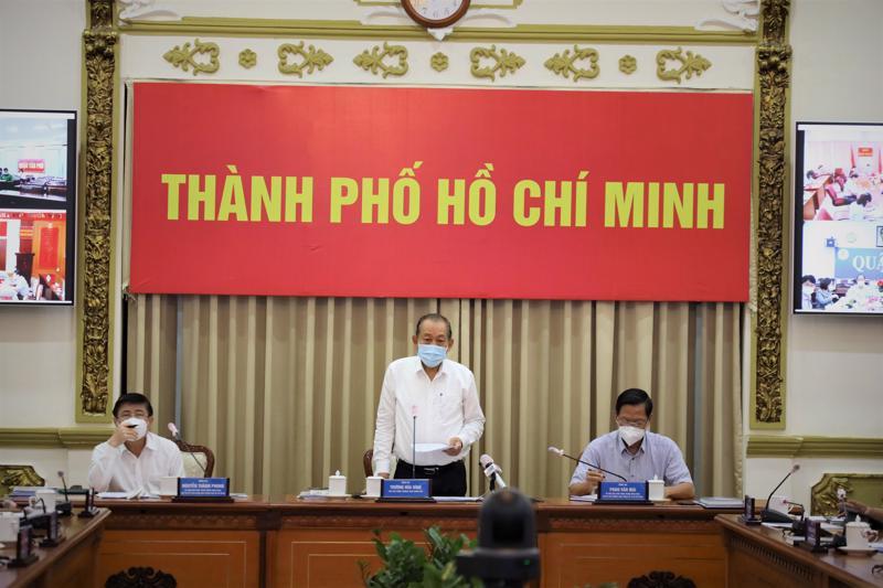 Phó Thủ tướng thường trực Trương Hòa Bình trao đổi tại cuộc họp về tình hình Covid-19 trên địa bàn TP.HCM ngày 2/7.