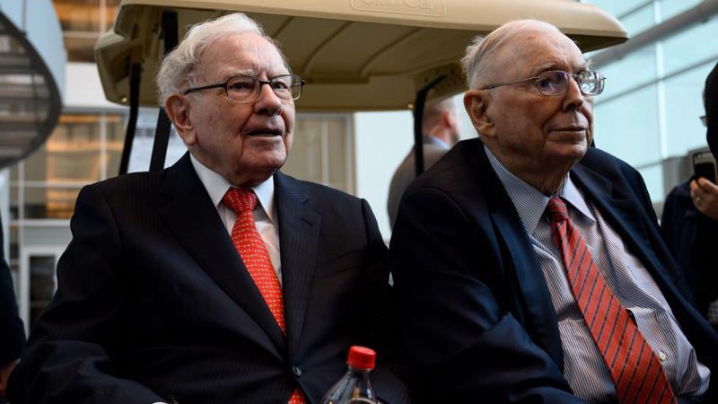 Tỷ phú Warren Buffett (trái) - Chủ tịch, CEO của Berkshire Hathaway và Phó Chủ tịch Charlie Munger tại cuộc họp cổ đông thường niên năm 2019 tại Omaha, Nebraska - Ảnh: AFP.