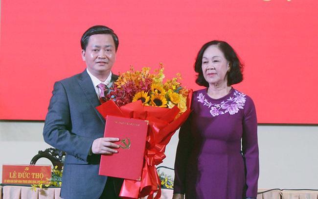 Bà Trương Thị Mai trao Quyết định của Bộ Chính trị cho tân Bí thư Tỉnh ủy Bến Tre Lê Đức Thọ