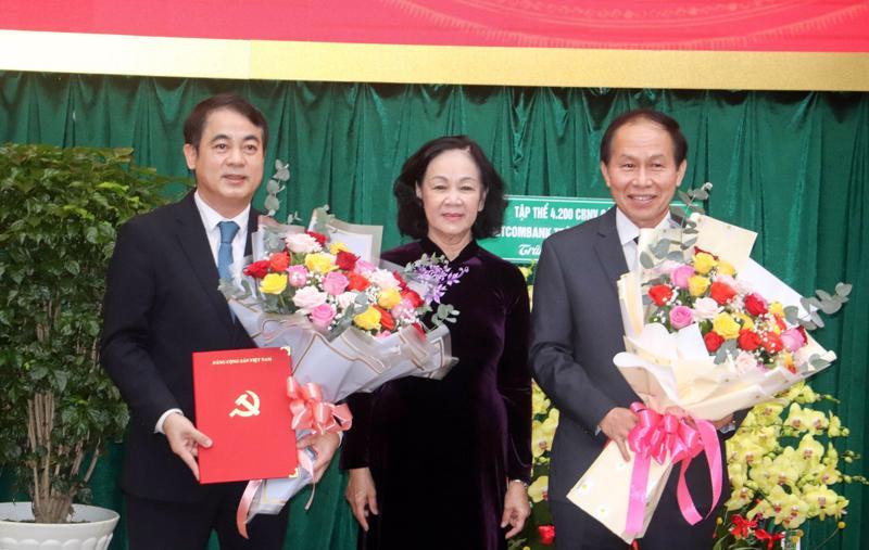 Bà Trương Thị Mai chúc mừng ông Nghiêm Xuân Thành và ông Lê Tiến Châu giữ cương vị mới - Ảnh: VGP.
