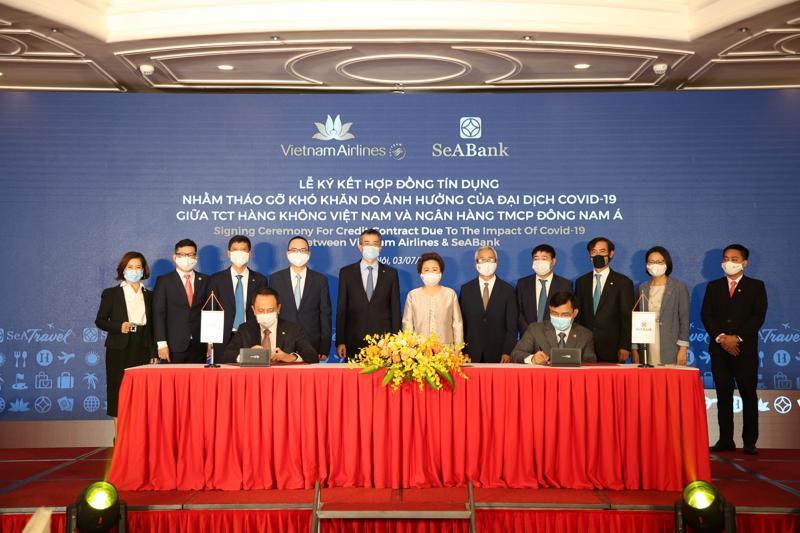 Đại diện Vietnam Airlines và SeABank ký kết hợp đồng tín dụng.