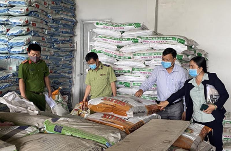 Thanh tra đột xuất các cơ sở kinh doanh vật tư nông nghiệp.