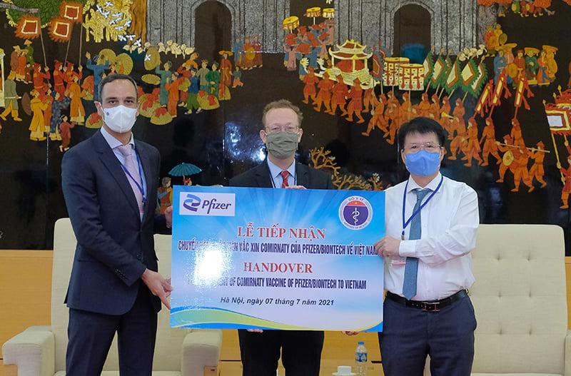 TS. Trương Quốc Cường,Thứ trưởng Bộ Y tế đã tiếp nhận lô vaccine phòng Covid-19 Comirnaty của Pfizer/BioNtech gồm 97.110 liều.