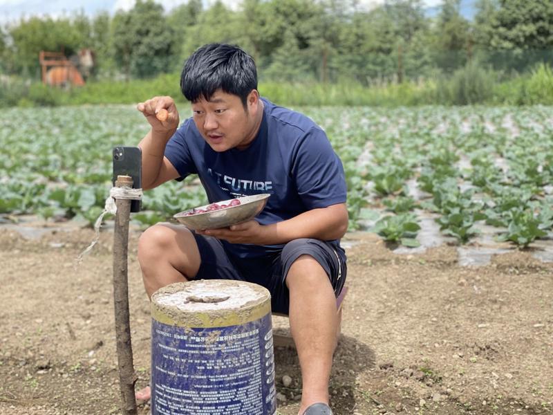 Nông dân Jin Guowei trong một lần livestream bán hàng - Ảnh: Bloomberg