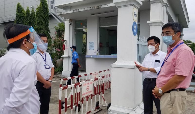 Tổ công tác thực hiện cách ly xử lý môi trường y tế của Bộ Y tế kiểm tra công tác chống dịch tại Khu chế xuất Tân Thuận.