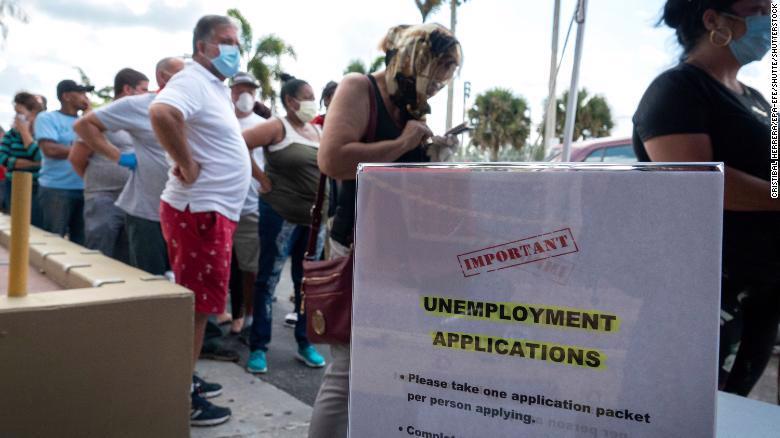 Nộp đơn xin trợ cấp thất nghiệp ở Mỹ - Ảnh: CNN.