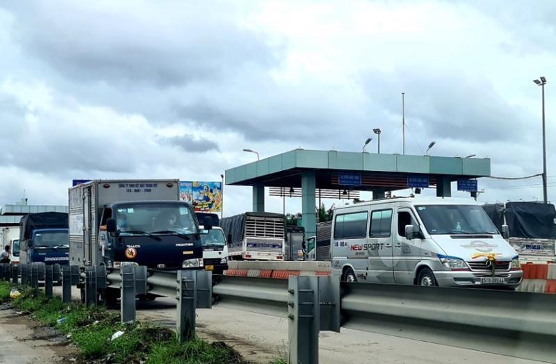 Hàng nghìn phương tiện vận tải và tài xế xếp hàng dài trên cao tốc TP.HCM - Trung Lương chờ xét nghiệp giấy chứng nhận âm tính với Covid-19.