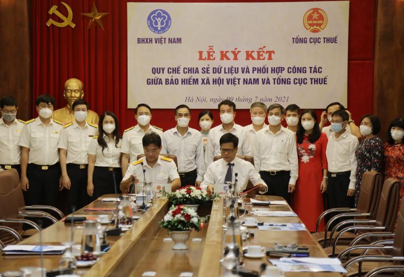 Hai ngành Bảo hiểm xã hội và Thuế ký quy chia sẻ dữ liệu và phối hợp sáng 9/7. Ảnh - BHXH Việt Nam.