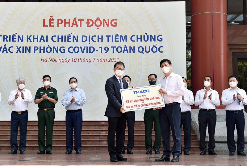 Đại diện Tập đoàn THACO trao tặng 63 xe vận chuyển vaccine và 63 xe tiêm lưu động cho Bộ Y tế.
