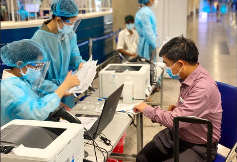Hành khách làm thủ tục xét nghiệm Covid-19 dịch vụ tại sân bay Tân Sơn Nhất.
