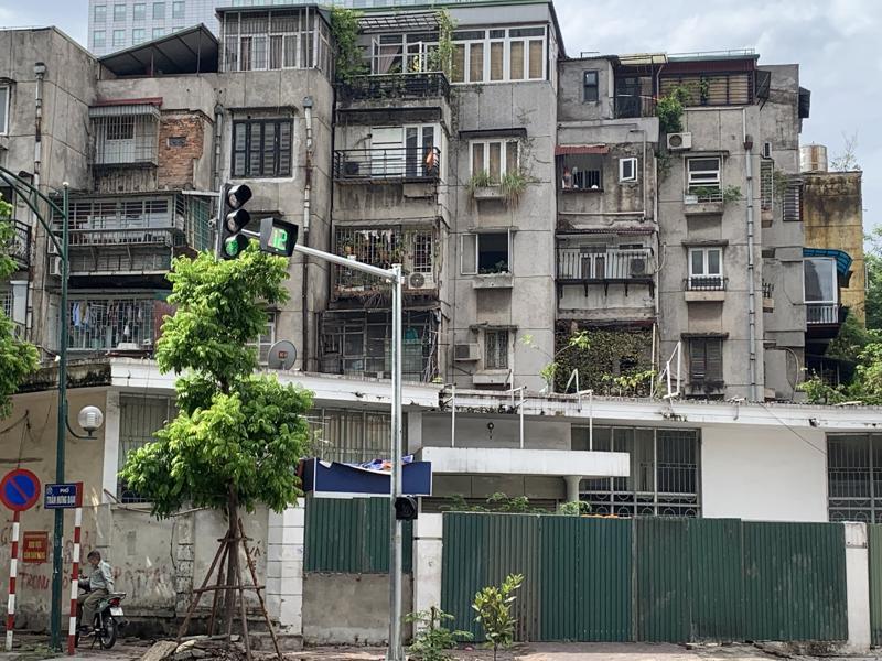 Một khu chung cư cũ ở Hà Nội đã xuống cấp nghiêm trọng