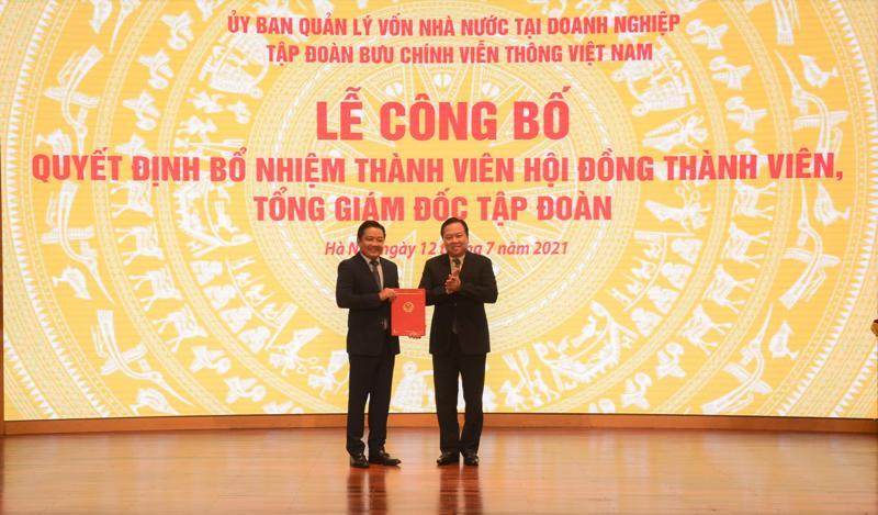 Chủ tịch Ủy ban Quản lý vốn nhà nước tại Doanh nghiệp Nguyễn Hoàng Anh trao quyết định bổ nhiệm ông Huỳnh Quang Liêm giữ chức vụ Thành viên Hội đồng Thành viên Tập đoàn VNPT