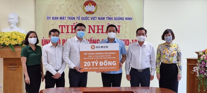 Lãnh đạo Công ty TNHH HDMon Vân Đồn đại diện trao tặng 20 tỷ đồng cho công tác phòng, chống dịch Covid-19 tỉnh Quảng Ninh.