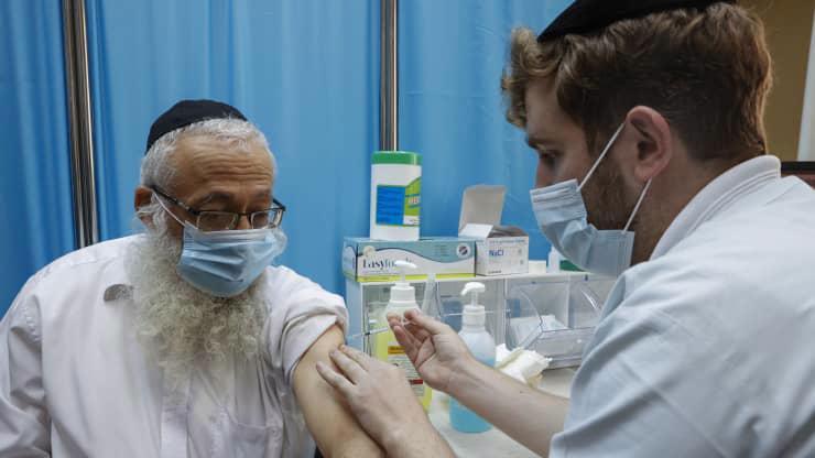 Tiêm vaccine ngừa Covid-19 ở Israel, tháng 1/2021 - Ảnh: Getty/CNBC.