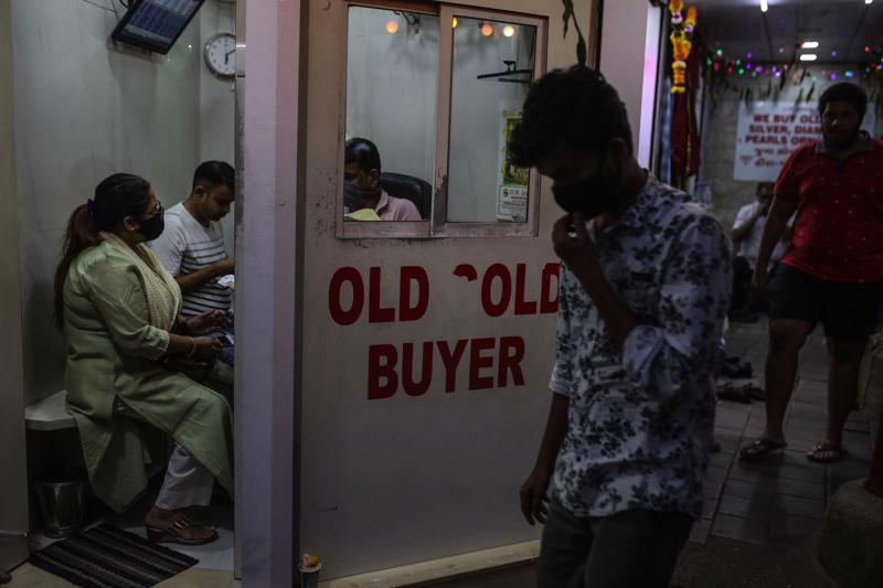 Một tiệm thu mua trang sức vàng cũ ở Mumbai, tháng 11/2020 - Ảnh: Bloomberg.