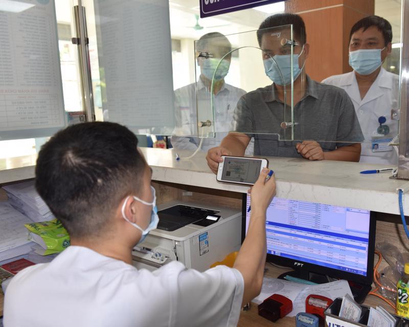 Người dân đăng ký khám chữa bệnh tại Bệnh viện Đa khoa Hà Đông.