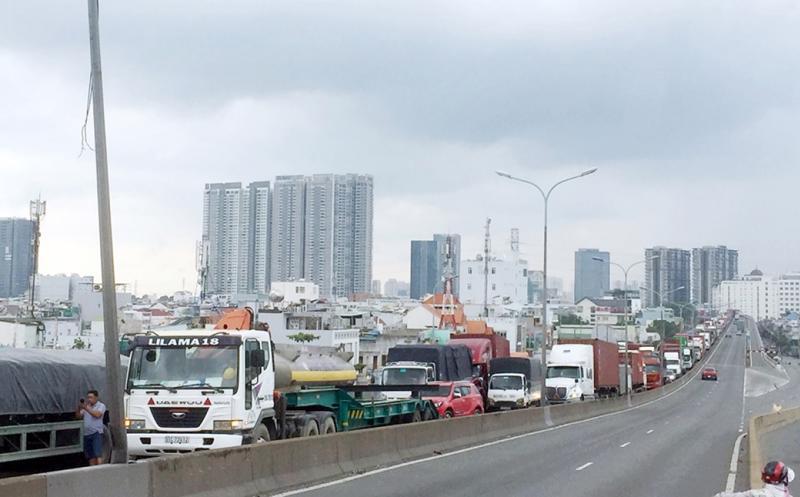 """Bộ Giao thông vận tải yêu cầu các địa phương phía Nam lập """"luồng xanh"""" để giảm ùn tắc giao thông hàng hóa do thực hiện giãn cách xã hội"""
