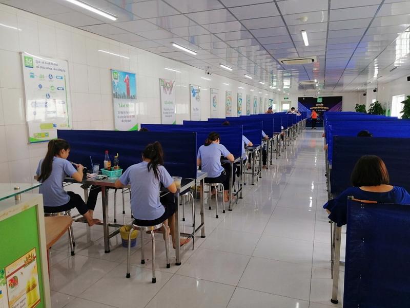 Bàn ăn trưa của công nhân Công ty Cổ phần Sài Gòn Food có vách ngăn hạn chế tiếp xúc gần.