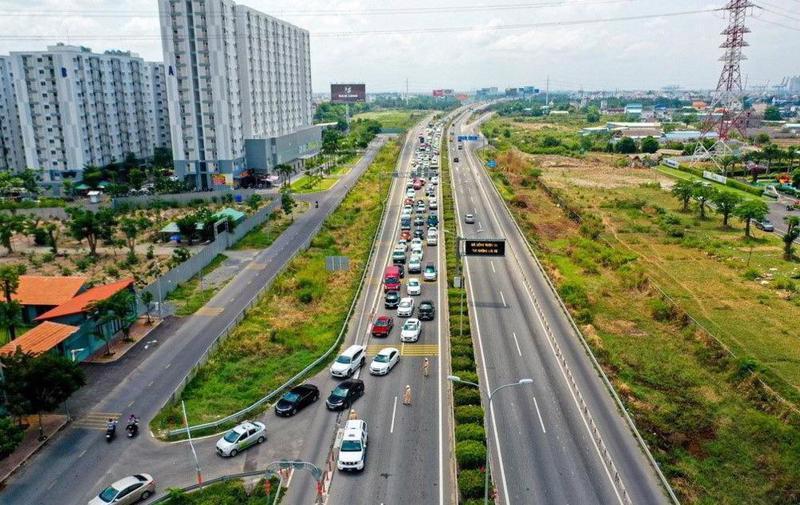 Cao tốc TP. HCM - Long Thành - Dầu Giây thường xuyên ùn tắc bởi lượng xe cộ lớn.