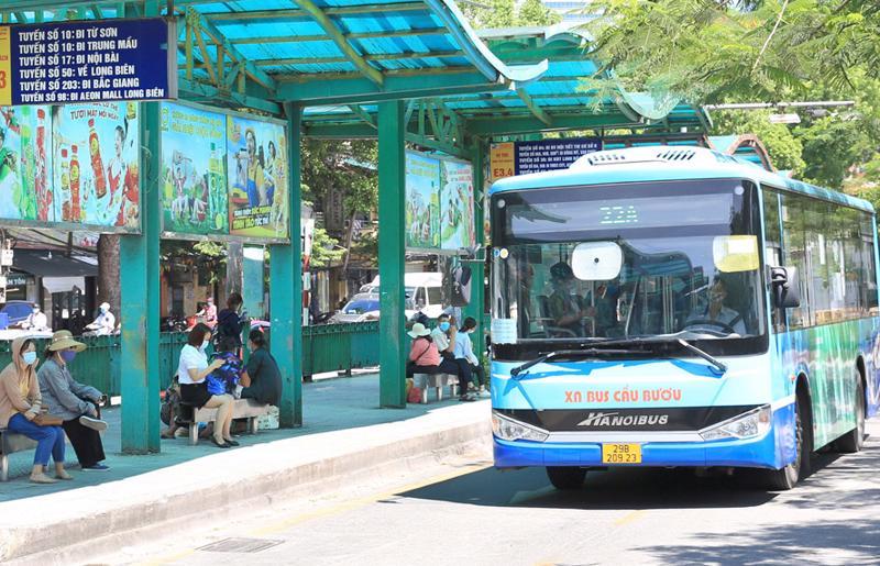 Nhiều tuyến xe tại Bến xe buýt trung chuyển Long Biên phải cắt giảm tần suất hoạt độngdo ảnh hưởng của dịch Covid-19.