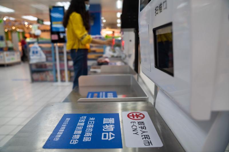 Khu vực thanh toán bằng Nhân dân tệ số tại một siêu thị ở Thẩm Quyến, Trung Quốc - Ảnh: Bloomberg.