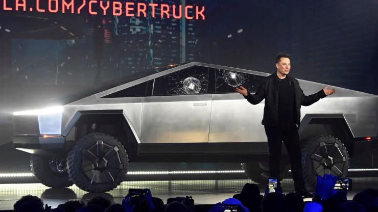 Elon Musk trong lễ giới thiệu Cybertruck vào năm 2019, sau khi cửa sổ xe bị vỡ vì cú đập thử nghiệm - Ảnh: Reuters.