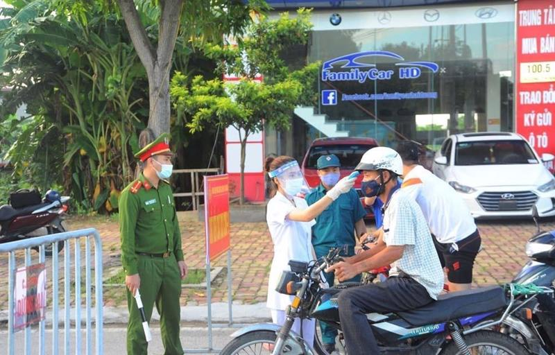 Kiểm soát người ra vào thành phố Hải Dương tại chốt kiểm tra trên đường