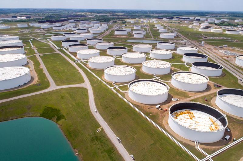 Những bể chứa dầu ở kho dầu Cushing, Oklahoma, Mỹ - Ảnh: Reuters.