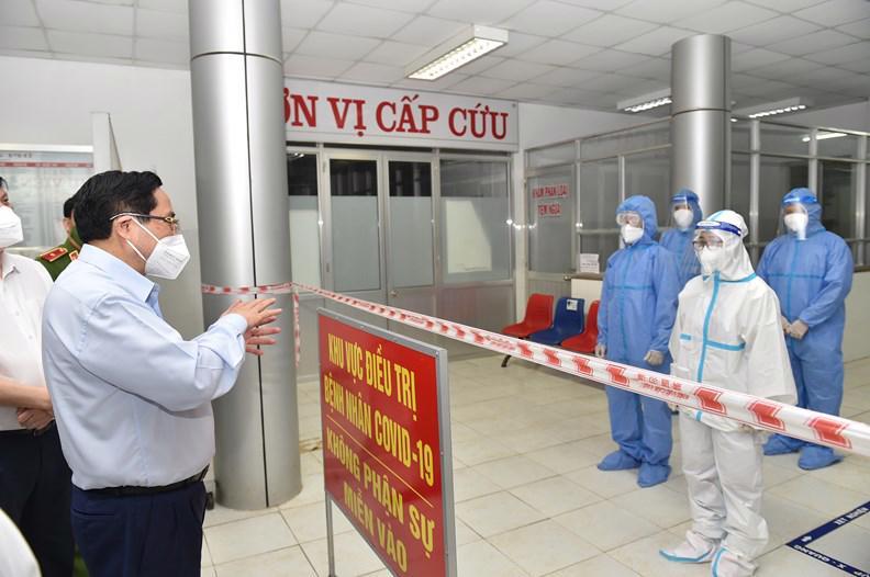 Thủ tướng Phạm Minh Chính động viên các thầy thuốc trên tuyến đầu chống dịch tại Long An, ngày 10/7 - Ảnh VGP