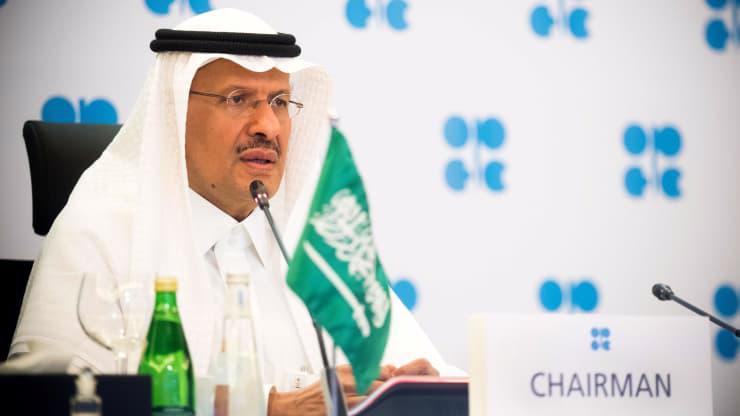 Bộ trưởng Bộ Dầu lửa Saudi Arabia, hoàng tử Abdulaziz bin Salman, tại cuộc họp trực tuyến khẩn cấp của OPEC+ vào tháng 4/2020 - Ảnh: Reuters.
