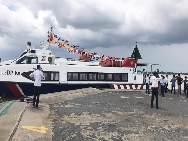 Tàu cao tốc cập bến phà Rạch Miễu, tỉnh Tiền Giang chở hàng về TP. HCM.