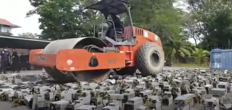 Dù xe lu phá huỷ hơn 1.000 máy đào Bitcoin ở Malaysia - Ảnh cắt từ clip.