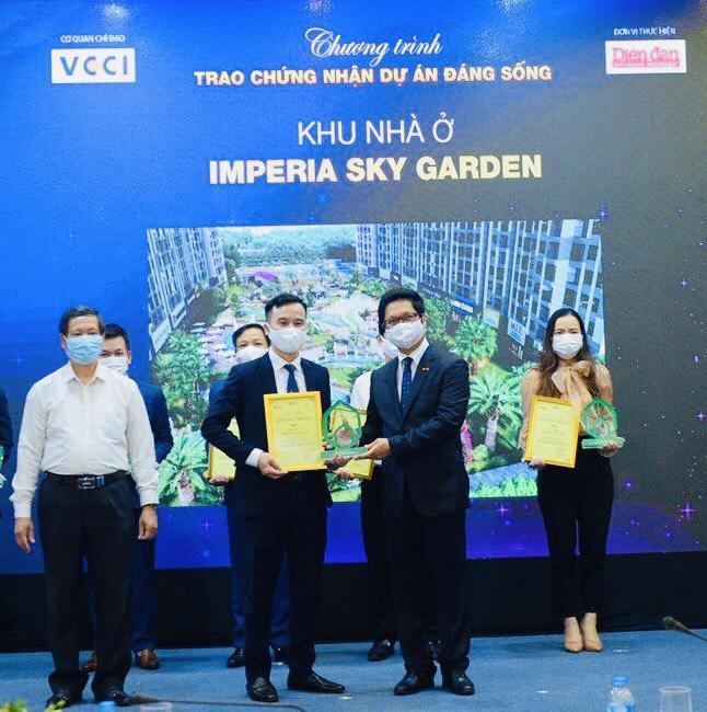"""Đại diện MIKGroup nhận giải """"Dự án đáng sống 2021"""" dành cho Imperia Sky Garden."""