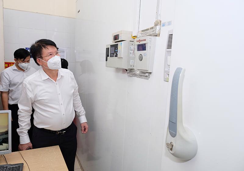 Thứ trưởng Trương Quốc Cường đi kiểm tra kho dự trữ vaccine tại CDC Hà Nội.