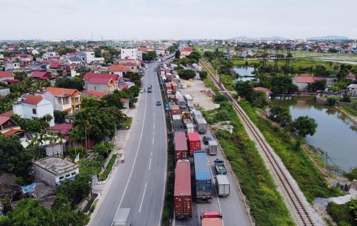 Hàng nghìn xe tải, phương tiện cá nhân ùn ứ khoảng 10km trên Quốc lộ 5, từ huyện Kim Thành, Hải Dương đến huyện An Dương, Hải Phòng.