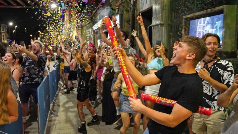"""Ăn mừng """"ngày tự do"""" tại một quán bar ở Anh sau khi các biện pháp hạn chế được gỡ bỏ - Ảnh: The Times"""