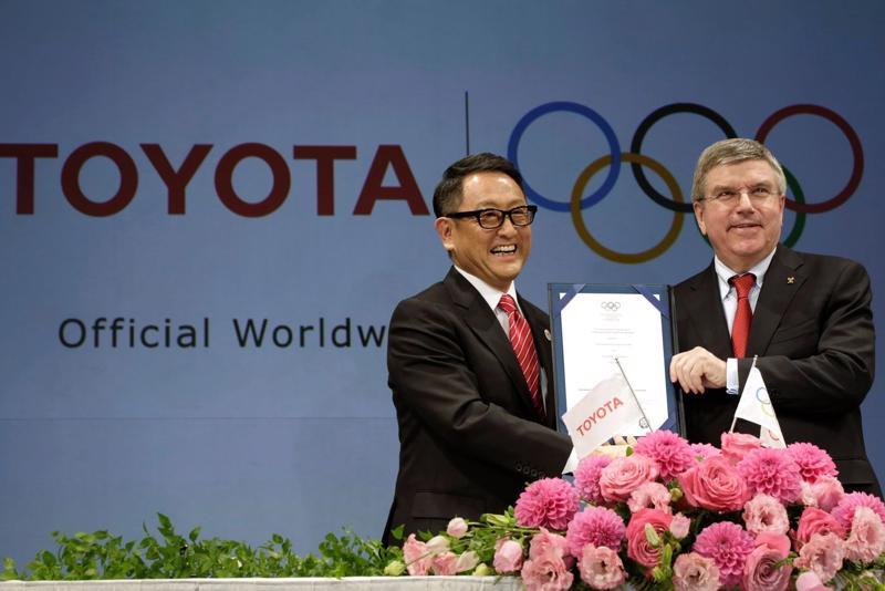 CEO Akio Toyoda của Toyota (trái) và Chủ tịch IOC Thomas Bach trong lễ ký thoả thuận vào năm 2015 đưa Toyota trở thành một nhà tài trợ toàn cầu của Thế vận hội - Ảnh: AP/WSJ.
