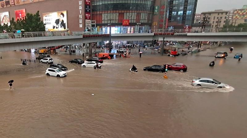 Các phương tiện bị mắc kẹt sau trận mưa dữ dội tại thành phố Trịnh Châu ngày 20/7 - Ảnh: AP