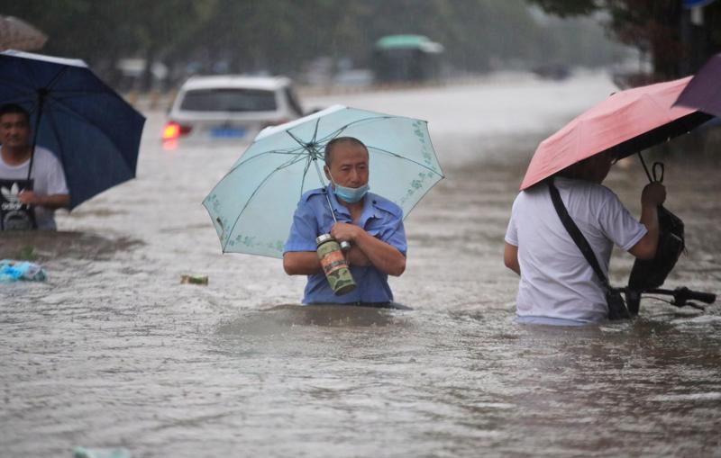 Đường phố ở Trịnh Châu, Hà Nam, Trung Quốc chìm trong nước lũ hôm 20/7 - Ảnh: China Daily/Reuters.