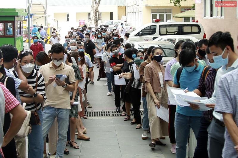 Hàng trăm người chờ tiêm vaccine Covid-19 tại Bệnh viện E, chiều 22/7. Ảnh: Phương Thảo.