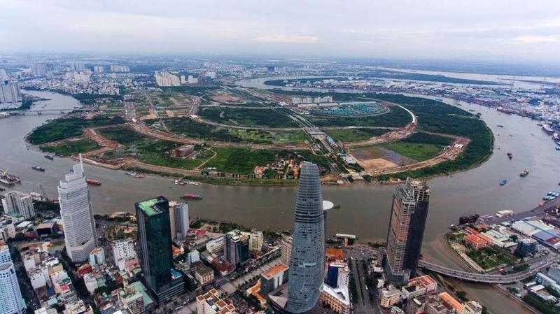 Bán đảo Thủ Thiêm nhìn từ hữu ngạn sông Sài Gòn, nơi được quy hoạch thành một khu đô thị mới hiện đại với nhiều khiếu nại của người dân kéo dài ngót hai thập niên