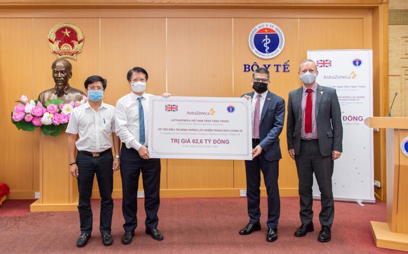 Thứ trưởng Bộ Y tế Trương Quốc Cường đã tiếp nhận 150.000 hộp thuốc trị giá 62,6 tỷ đồng từ Công ty AstraZeneca.
